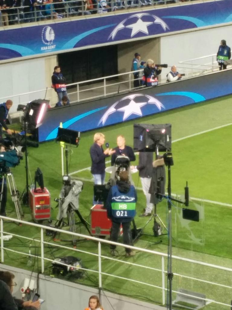 Voor de televisiekijkers die niet kunnen kiezen tussen ballen of blokken: Ben Crabbé doet zijn zegje over de match.