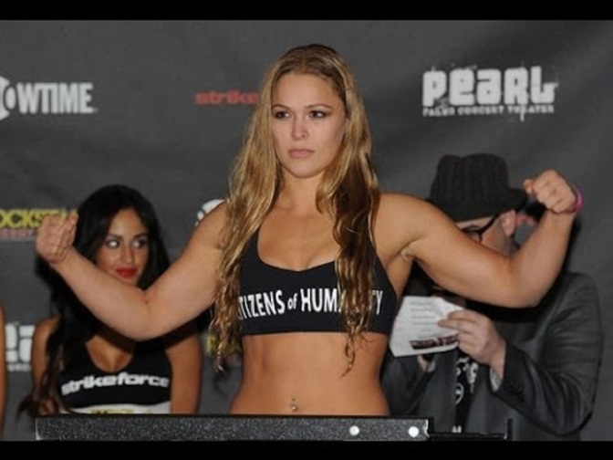 Ronda Rousey, een mooi meisje dat vecht in een kooi