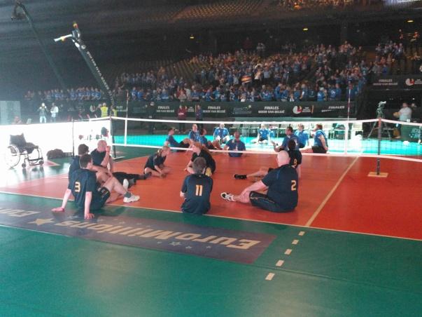 Zitvolleybal tijdens de pauze tussen de twee finales